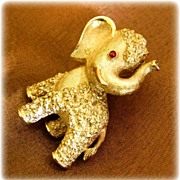 Vintage Trifari GOP Gold Toned Elephant Pin / Brooch