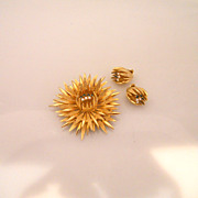 Vintage Wonderful Large Gold Tone Flower With Blue And Pearl Stamens Brooch With Earrings