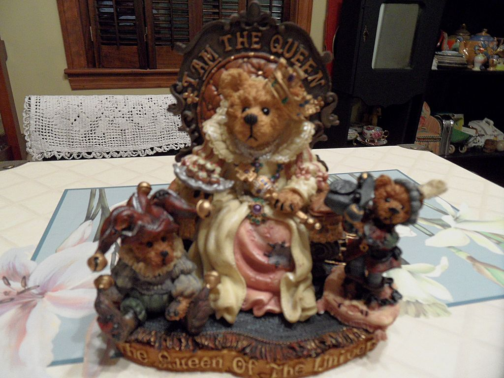 Collectible - Boyd's Bear's  - Elizabeth w/Resenantz & Guilerstein...I AM the Queen