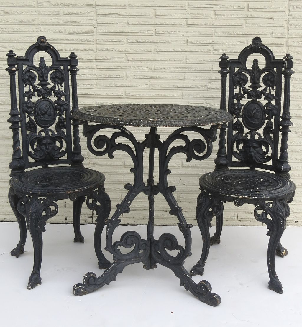 American cast iron garden table and two chairs from for Ausgefallene sofas