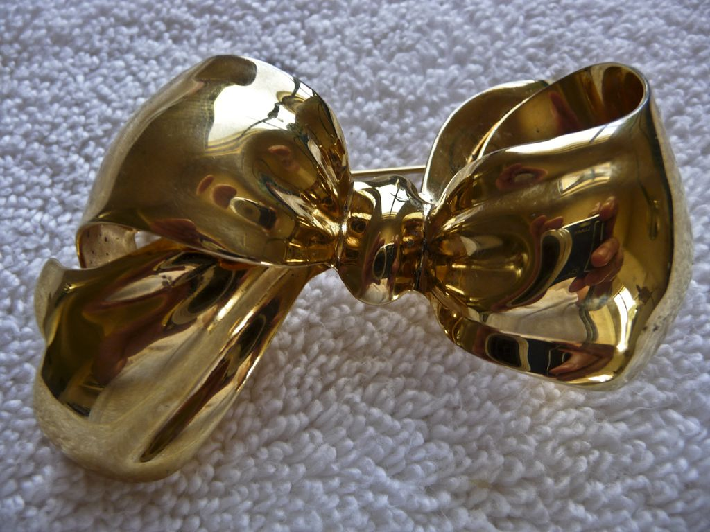 Bow Monet Voluptuous Gold-tone Bow Brooch