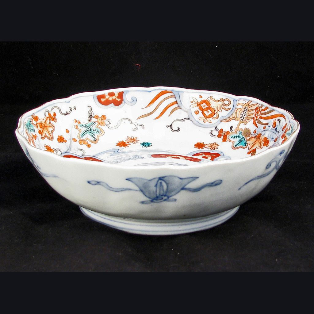 Japanese Porcelain Imari bowl with Scalloped Edge 19th Century