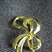Gold Tone Bow Pin