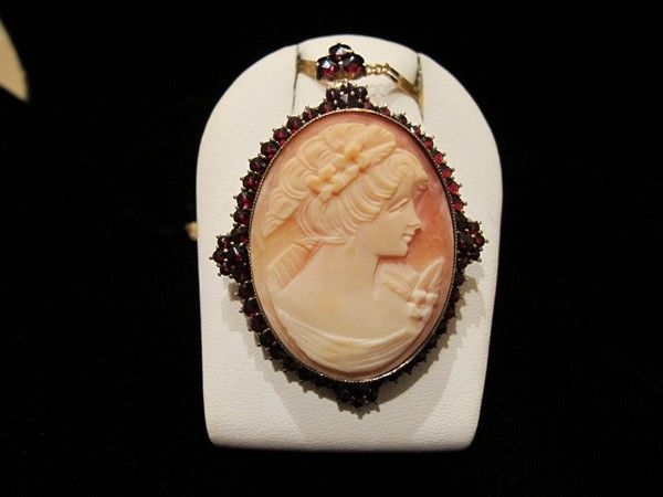 Oval Shell Cameo brooch/pendant  set in a fine gilded  silver mounting adorned with Garnets, turn of the 20th century