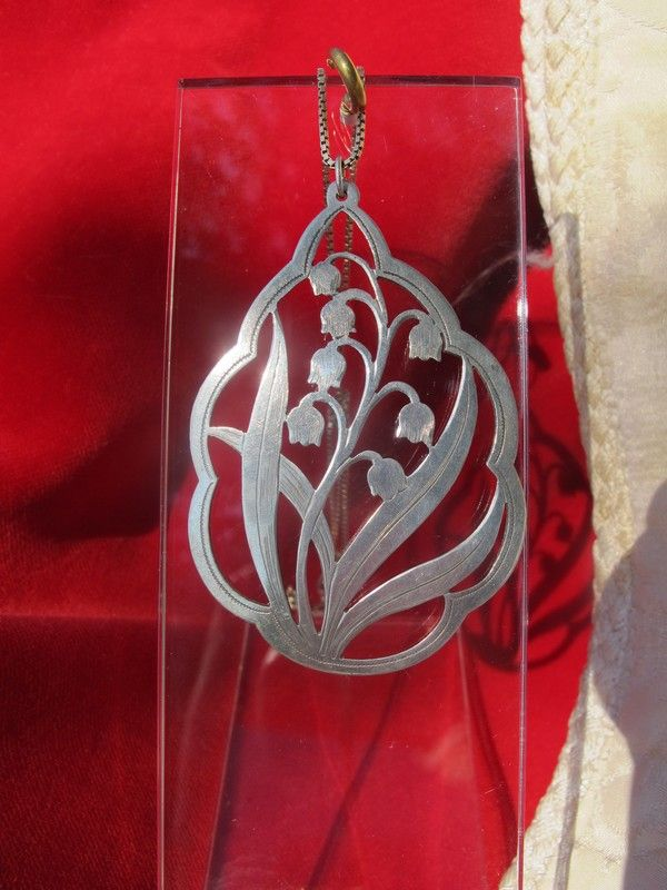 Art Deco silver pendant depicting a lily of the valley, dated at about 1930