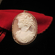 Oval shell Cameo pendant set in a nine karat yellow gold mounting, 19th century