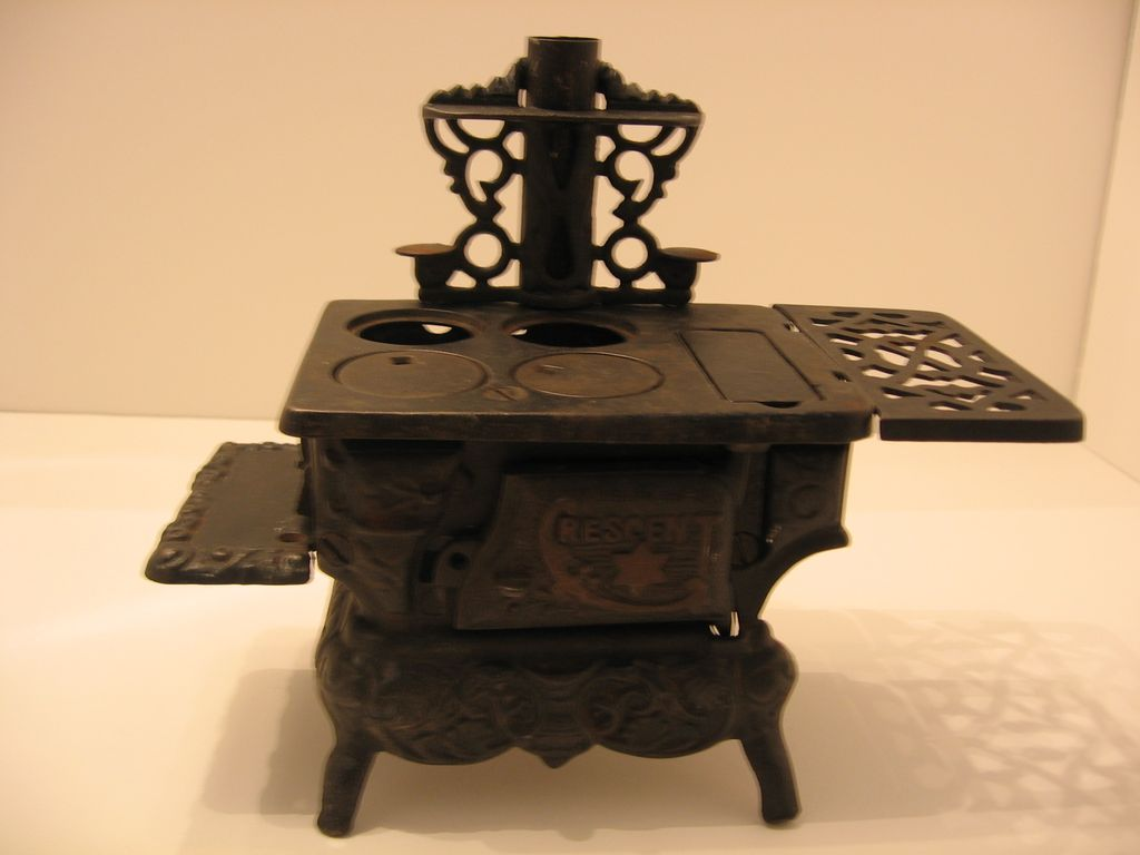 Cresent Co., Cast Iron, Salesman Sample, Miniature Stove & Accessories