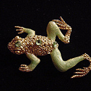 Unusual vintage enamel and rhinestone frog brooch pin