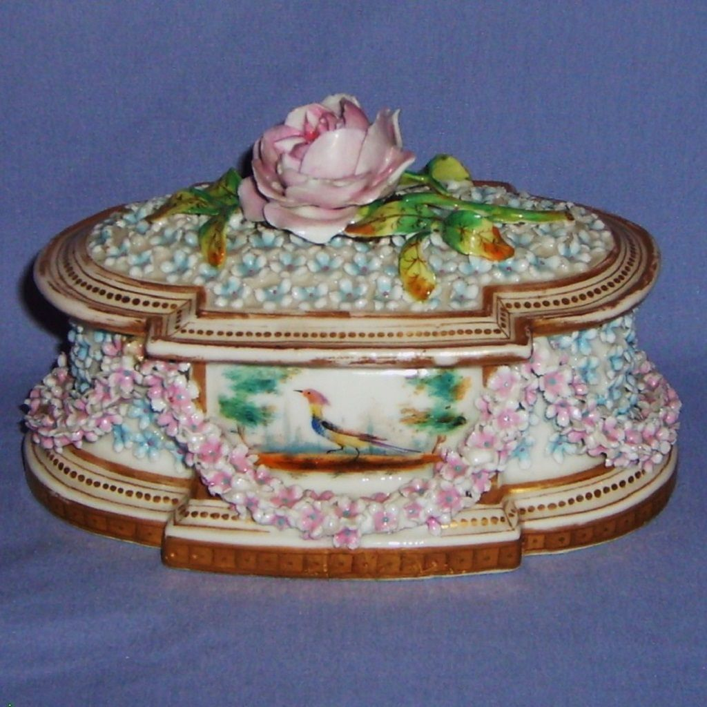 Exquisite Chelsea Style Antique Porcelain Dresser Box Casket Bocage Garland