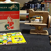 Beige Singer model 20 Toy Sewing Machine w/box