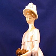 Lovely lady LLadro figurine - Looking at her dog - 01004994