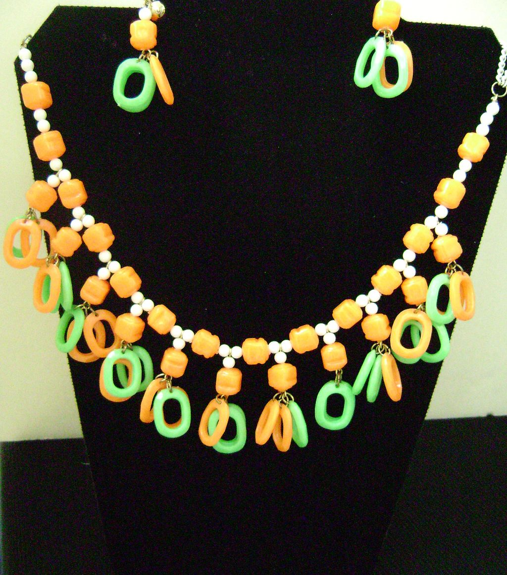 Vintage Citrus Bright Plastic Cleopatra Dangle Bib Necklace
