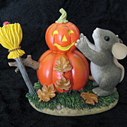 Charming Tails &quot;Building a Pumpkin-Man&quot; [85/103] by Fitz and Floyd Figurine