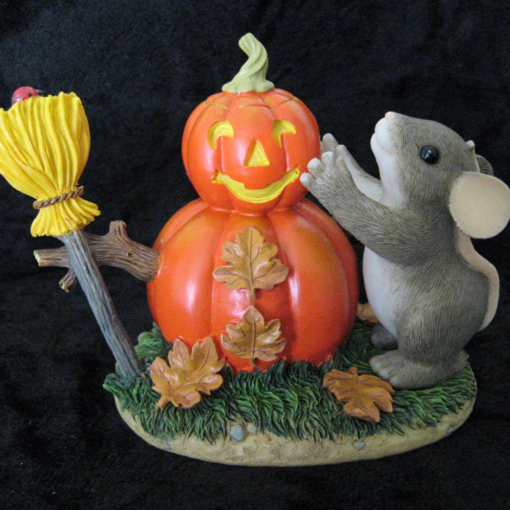"Charming Tails ""Building a Pumpkin-Man"" [85/103] by Fitz and Floyd Figurine"
