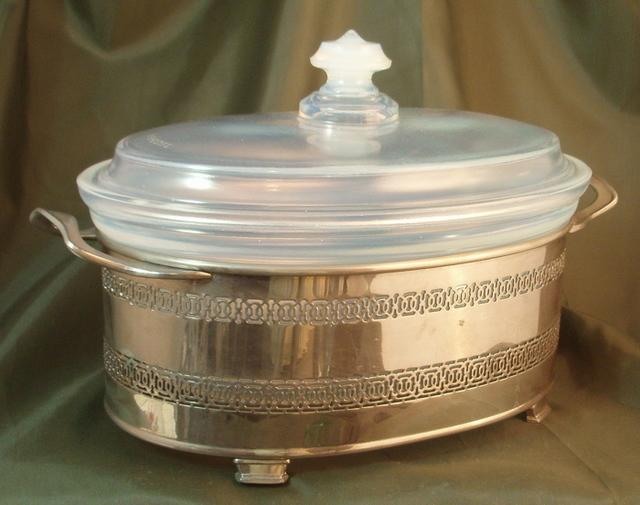HC Fry Ovenglass #1932 Oval Casserole in Metal Holder