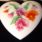 SALE Avon 1987 �Birthday Bouquet Pin� ~ Sweet Pea Flowers ~ in original box ~ heart shaped por