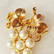 SALE Vintage Cluster of Faux Pearl Grapes set in gold-tone