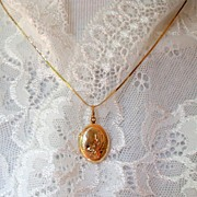 10 k Gold Locket & 14 k Gold Chain.  Exquisite! Mint.