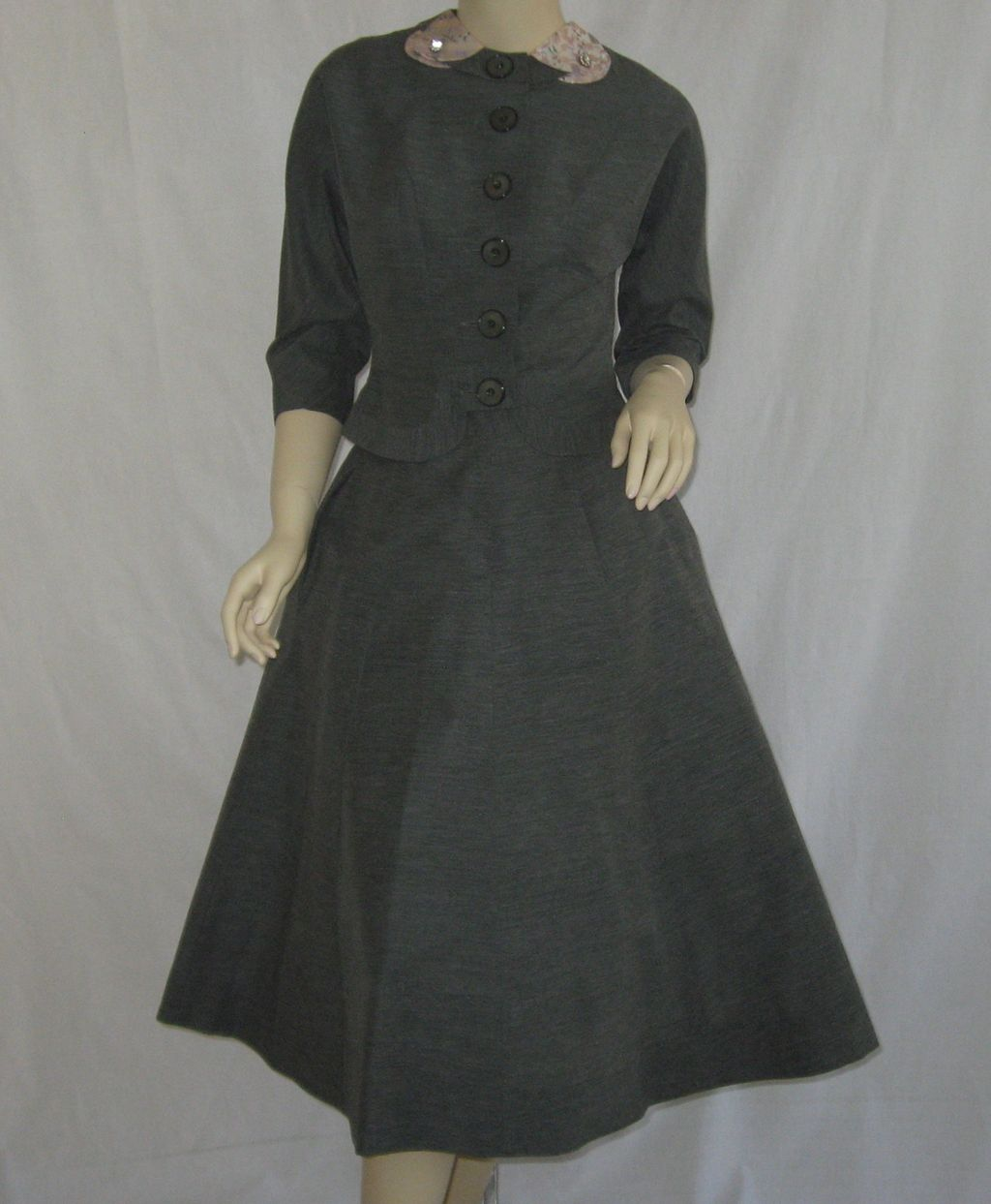 Vintage 1950's Doris Dobson Junior Gray 2-piece suit w/pink peter pan collar