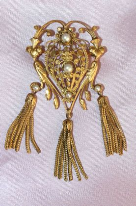 Stunning Goldtone Brooch with Pearls and Tassels