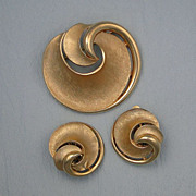 Vintage Crown Trifari Pin Earrings Swirl Goldtone