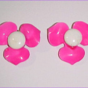 "SALE Retro Mod 1-1/2"" Flower Power Hot Pink & White Clip Earrings"