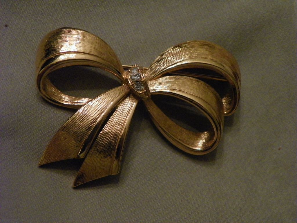 AVON Brushed Goldtone with Rhinestones Classic Bow Pin