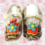 Tiny beaded seal skin & fur Indian or Eskimo doll shoes moccasins 3.5&quot;