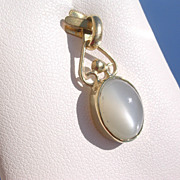 14kt Oval Moonstone Pendant