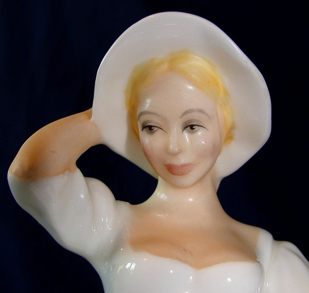 "Beautiful Royal Doulton porcelain figurine ""Samantha"" HN 2954"