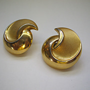 Crown Trifari Gold Tone Matte & Glossy Swirled Clip Earrings
