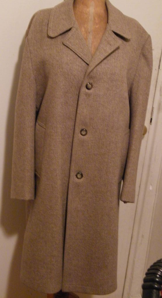 DESIGNER...John Weitz...Camel / White Wool Herringbone Winter Outer Coat..Mens..Size 44R..Excellent Condition