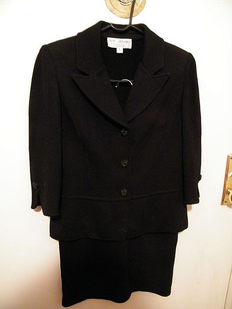 St John Knit 2-Piece Suit in Black Boucle..Excellent Condition..Size 2
