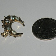 Prong Set Moon Shaped Pin.