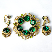 Lovely standout Emerald green rhinestones in the matching brooch and ear clip set gold tone