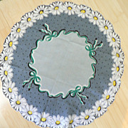 Vintage Round Handkerchief with Daisy Scalloped Border