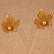 Vintage Gold Plated Leaf Shaped Earrings w/Freshwater Pearl � Clip