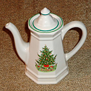 "Pfaltzgraff Christmas Heritage 8"" Coffee Pot & Lid"