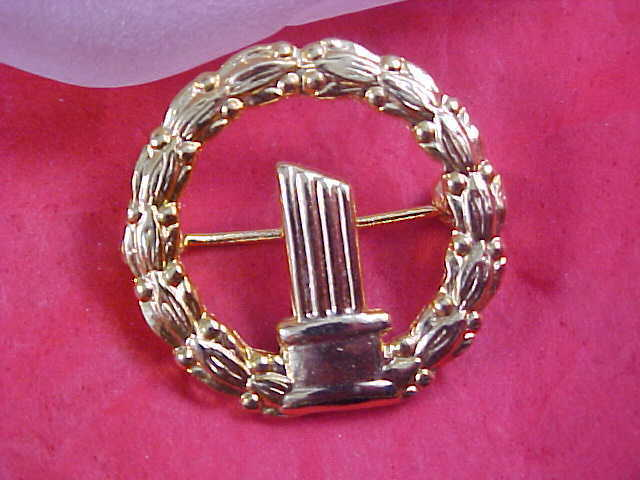 Three Candle CHRISTMAS WREATH Crafted in Gold Plate Brooch