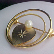STRIKING Designed Simulated Pearl & Gold Plate Heart Circular Brooch/Pin