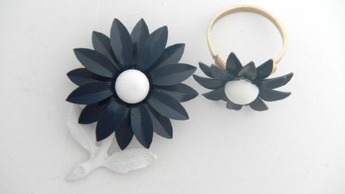 Metal Flower Navy And White Daisy Pin and Ring Set