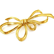 TRIFARI Huge Golden Bow Brooch - Signed 1980s Gold-tone Ribbon Pin