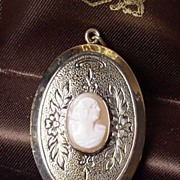 Vintage Art Deco Era Oval Shell Cameo Pinchbeck Locket c.1930