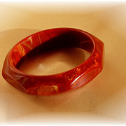 Paprika vintage bakelite bangle bracelet in facetted design