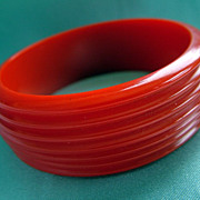 Vintage red carved ridges bakelite bangle bracelet