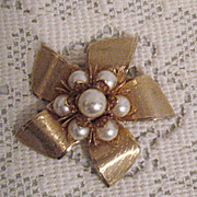 Chic Vintage Golden Bow Glass Pearl Brooch-Unworn