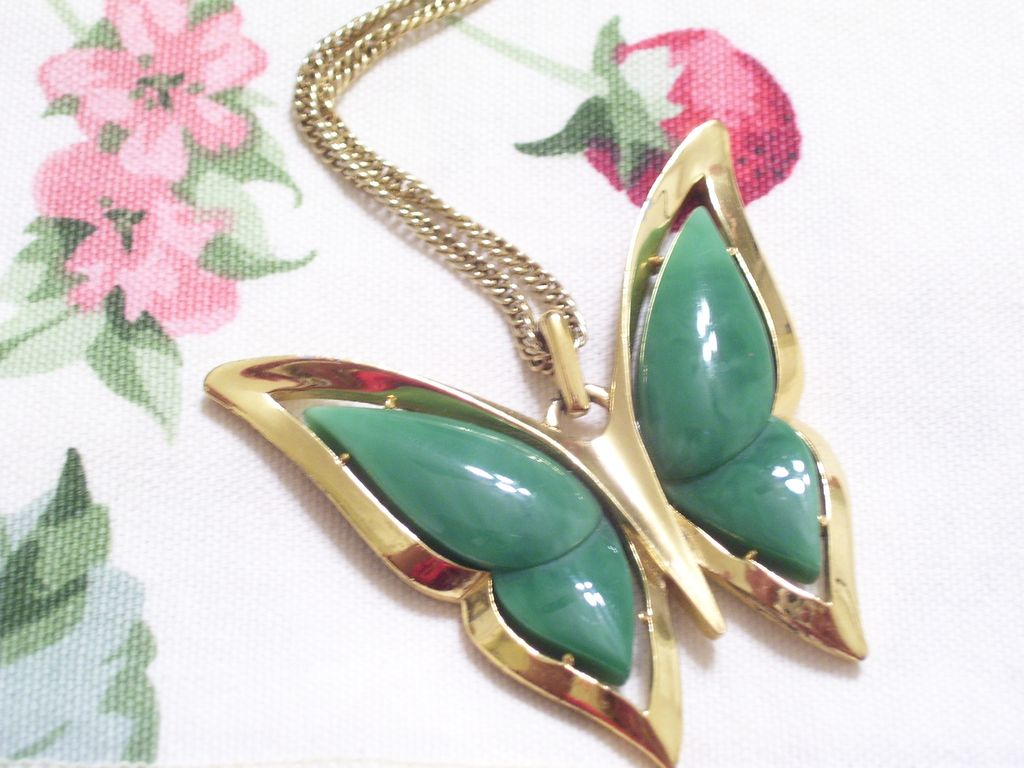 Rare Huge Vintage Crown Trifari Jade Green Lucite Goldtone Metal Butterfly Pendant Necklace