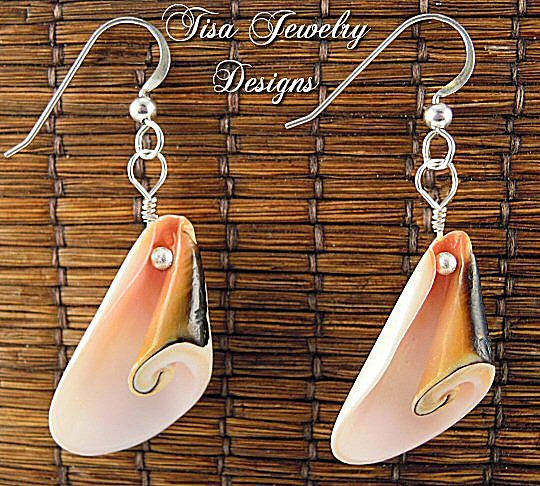 BEACH TIME – Colorful shell earrings will go perfectly with beach music!