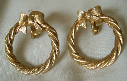 Vintage Avon Goldtone Festive Wreath Clip On Earrings