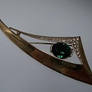 Dramatic Gold Metal Brooch with Large Green Rhinestone